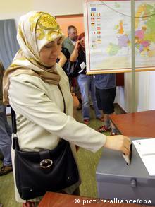 Eine Frau mit Kopftuch an der Wahlurne (Foto: dpa)