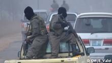 Beschreibung: Seit im April 2013 mehrere Fahrzeuge von bewaffneten Mitgliedern der RENAMO, der größten Oppositionspartei Mosambiks, auf der wichtigsten (und einzigen) Nord-Süd-Straßenverbindung Mosambiks, der EN1, im Streckenabschnitt zwischen der Save-Brücke und dem Ort Muxúnguè angegriffen wurden, fahren die Fahrzeuge in diesem Abschnitt nur noch mit Militärschutz. Dazu sammeln sich PKW und LKW zu großen Konvois, die von Soldaten des mosambikanischen militärs begleitet werden (im Bild). Ort: Vila Franca do Save, Provinz Inhambane, Mosambik Fotograf: Estácio Valoi Datum: 08.08.2013 Der Fotograf tritt die Rechte an die DW ab. Angeliefert von Johannes Beck am 12.8.2013