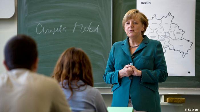 Die deutsche Bundeskanzlerin Angela Merkel macht Wahlkampf in einer Berliner Schule (Foto: Reuters)