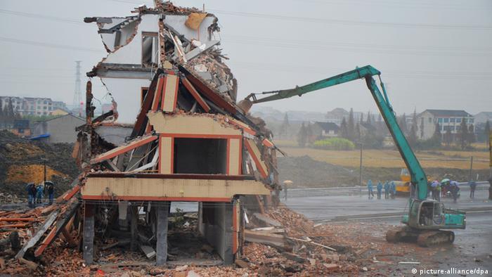 China Architektur - Haus auf der Strasse wird abgerissen