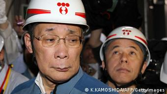 Tokyo Electric Power Co. (TEPCO) chairman Kazuhiko Shimokobe (L) and president Naomi Hirose (R) inspect the no. 4 reactor at Fukushima Dai-ni nuclear power station in the towns of Naraha and Tomioka of Futaba district in Fukushima Prefecture on July 4, 2012. (Photo: AFP)