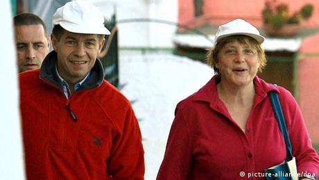 Angela Merkel und Ehemann mit Kappen. (Foto: dpa)