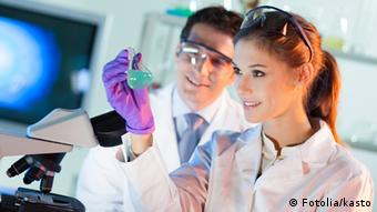 A female and male chemist at the lab´
