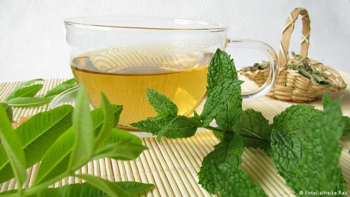 Tee mit Zitronenverbene und Marokko-Minze (Fotolia/Heike Rau)