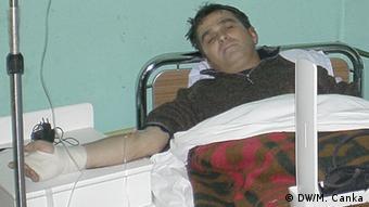 """Novinar """"Monitora"""" Tufik Softić u bolnici nakon što je pretučen ispred kuće u centru Berana 2007."""