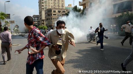 Demonstranten fliehen vor Tränengas