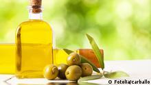 #53915796 - Olivenöl in einer Flasche, Oliven © carballo