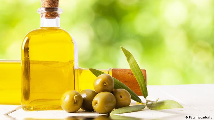 Olivenöl in einer Flasche, Oliven