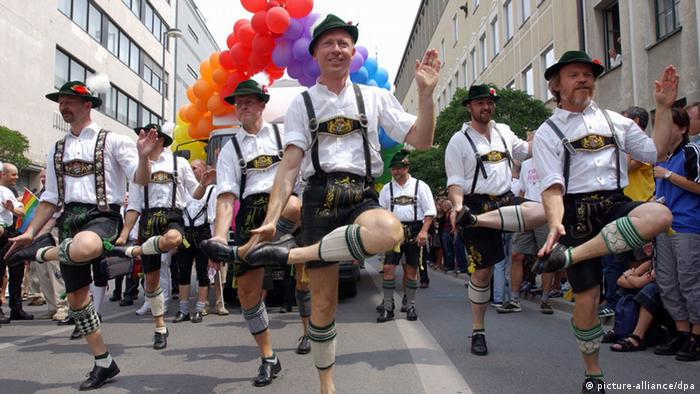 Men performing Schuhplattler at Christopher Street Day in Munich (picture-alliance/dpa)