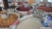 """Auf dem Bild: Reis, Mais und Bohnen werden auf dem Markt in Morondava in Madagaskar verkauft. Der Preis wird für eine Maßeinheit, die """"Kapoaka"""" (entspricht dem Inhalt, der in eine Kondensmilchdose passt), angegeben Aufgenommen von Friederike Müller am 20.07.2013 in Morondava, Madagaskar Rechte: Friederike Müller / DW"""