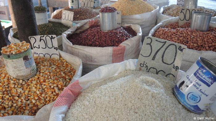 Reis, Mais und Bohnen werden auf dem Markt in Morondava in Madagaskar verkauft (Foto: Friederike Müller/DW)