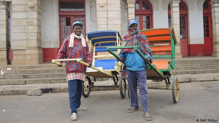 Die beiden Rikscha-Fahrer Jean-Noël und Erick Régis vor dem alten Bahnhof in Antsirabe, Madagaskar (Foto: Friederike Müller/DW)