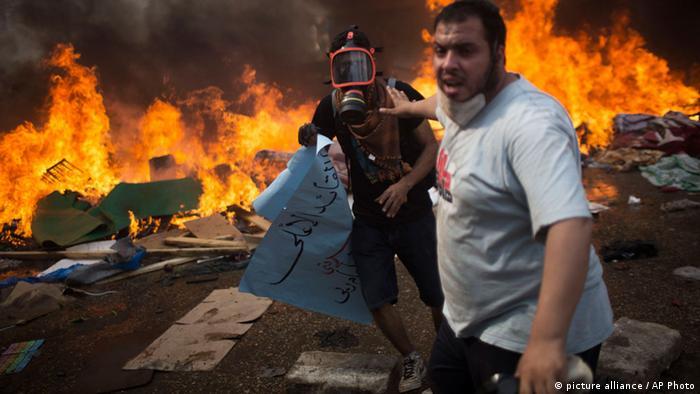Polizisten räumen gewaltsam das Protestlager der Muslimbrüder in Kairo (AP Photo/Manu Brabo)