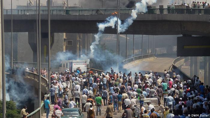 Demonstrators on the streets/bridge in Cairo, tear gas (photo: Matthias Sailer / DW)