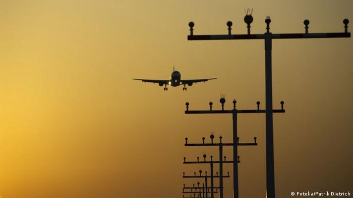 Силуэт приземляющегося самолета