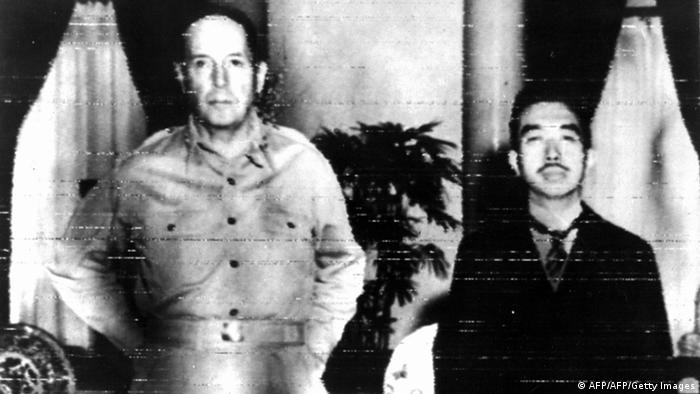 Oktober 1945 US General Douglas MacArthur & Hirohito Kaiser von Japan (AFP/AFP/Getty Images)