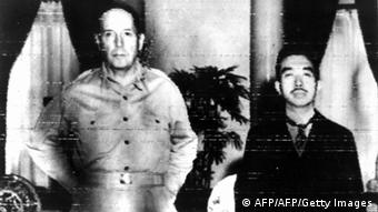 Oktober 1945 US General Douglas MacArthur & Hirohito Kaiser von Japan