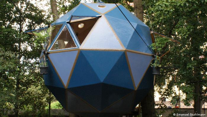 Ein Baumhaus in Form einer Kugel in Berlin-Kreuzberg, Copyright: Emanuel Stahlmann