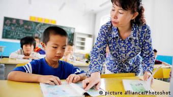 Lehrerin und Schüler in China (Foto: picture alliance/photoshot)