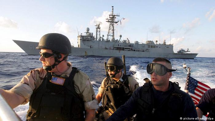 US sailors leave to scale the side of the Mubarak EPA/KHALED EL-FIQI +++(c) dpa - Report+++