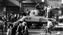 Panzer mit kaisertreuen Truppen in den Straßen von Teheran. Nach mehrstüdigen Straßenschlachten, bei denen mindestens 300 Menschen ums Leben gekommen sein sollen, wurde die Regierung von Premierminister Mohammed Mosaddeq am 19.08.1953 von schahtreuen Truppen gestürzt. General Zahedi übernahm als neuer Ministerpräsidet die Regierung. +++(c) dpa - Report+++