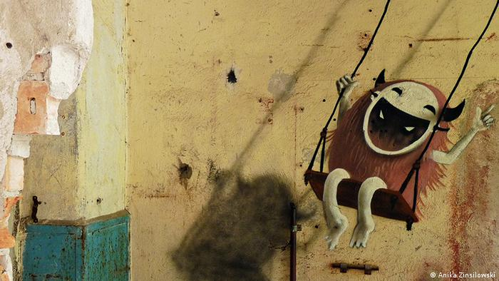 Innenraum im Obergeschoss der Papiermühle in Eberswalde mit einem Graffiti von Kim Köster