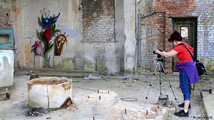 Hobbyfotografin Nadja Lorenz schießt Fotos in der alten Papierfabrik