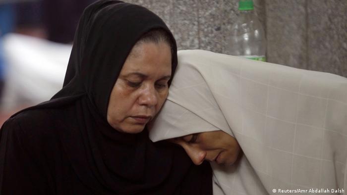 Trauer um getötete Familienangehörige: Frauen in einer Moschee in Kairo (Foto: REUTERS/Amr Abdallah Dalsh)