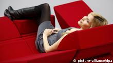 Frau auf Kombi-Sofa