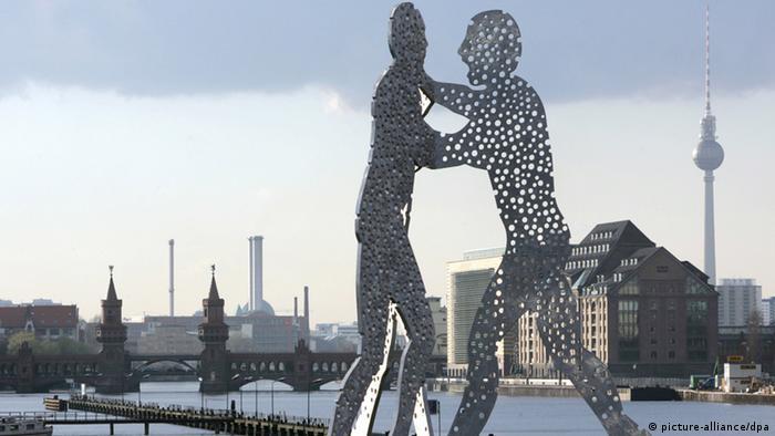 Молекулярный человек (Molecule Man) на реке Шпрее в Берлине