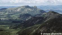 Aus einer grünen Savannen- und Buschlandschaft erheben sich die Felsen des Inyanga-Gebirgsmassivs, dessen höchste Erhebungen um die 2500 Meter hoch sein, aufgenommen am 23.01.1988. Das Gebirge im Nordosten des Landes, auch als Eastern Highlands bezeichnet, erstreckt sich in der Provinz Manicaland entlang der Grenze zu Mozambik. Als Simbabwe noch kein Krisenstaat war, erfreute sich die Gegend auf Grund ihrer landschaftlichen Reize und der gemäßigten Temperaturen einer gewissen touristischen Anziehungskraft, die dadurch eingeschränkt wurde, dass die Berge mitunter als Rückzugsgebiet für die damals in Mozambik operierende Guerilla-Organisation RENAMO dienten.