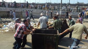 Demonstranten errichten Barrikaden (Foto: DW/Matthias Sailer)