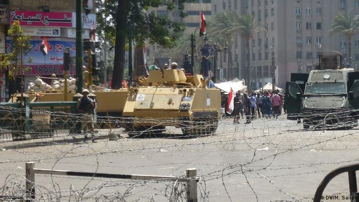 Panzer vor dem Tahriplatz (Foto: DW/Matthias Sailer)