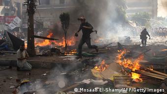 Reporter flüchten sich während einer Auseinandersetzung zwischen den Muslimbrüdern und der Polizei. (Foto: MOSAAB EL-SHAMY/AFP/Getty Images)