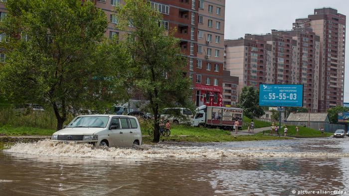 Auto fährt durch überflutete Straße (Foto: Itar-Tass)