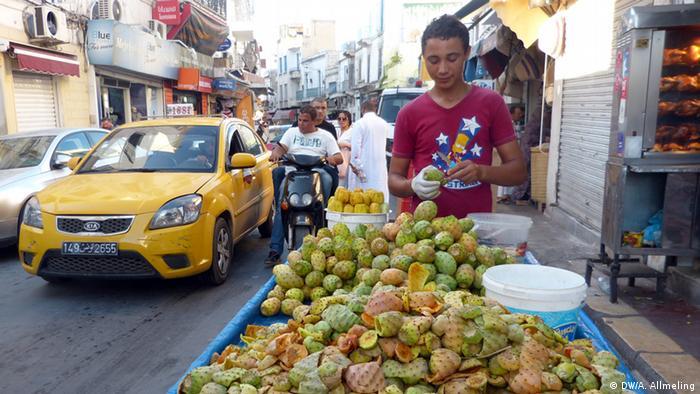 Ein Tunesier verkauft Kaktusfeigen in Tunis (Foto: Anne Allmeling/DW)