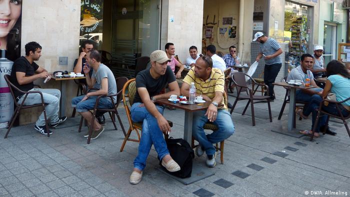 Tunesier im Straßencafé Jasmin in Tunis  (Foto: Anne Allmeling/DW)