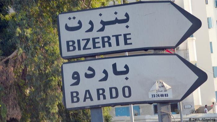 Ein Schild auf der Straße des 20. März in Tunis zeigt in Richtung Bardo-Platz (Foto: Anne Allmeling/DW)