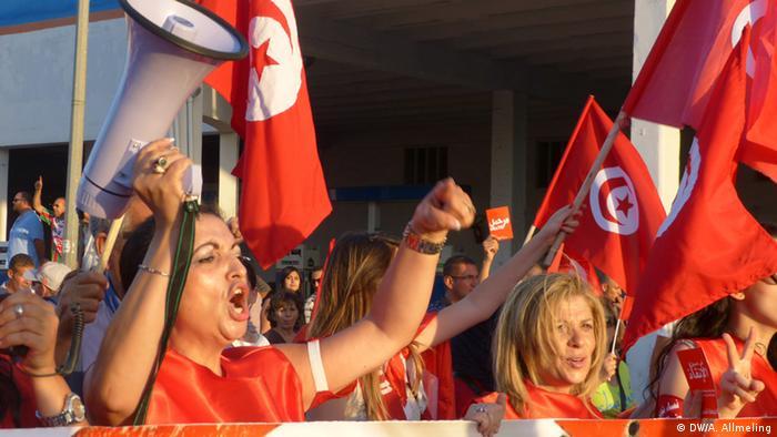 Tunesische Frauen bei einem Protestmarsch gegen die Regierung am 13.8.2013 (Foto: Anne Allmeling/DW)