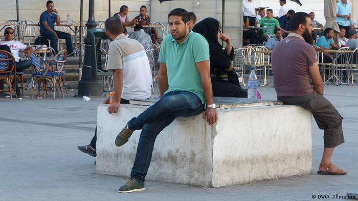 Tunesier auf einem Platz vor der Medina von Tunis (Foto: Anne Allmeling/DW)