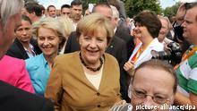 Bundeskanzlerin Angela Merkel (CDU, M) trifft am 17.08.2013 zu einer CDU-Wahlkampfveranstaltung in Cloppenburg (Niedersachsen) ein. Dabei wird sie von der Bundesarbeitsministerin Ursula von der Leyen (CDU, 2.v.l) begleitet. Am 22.09.2013 wird der neue Bundestag gewählt. Foto: Ingo Wagner/dpa