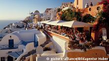 Restaurantterrassen von Oya Insel Santorin Kykladen Griechenland