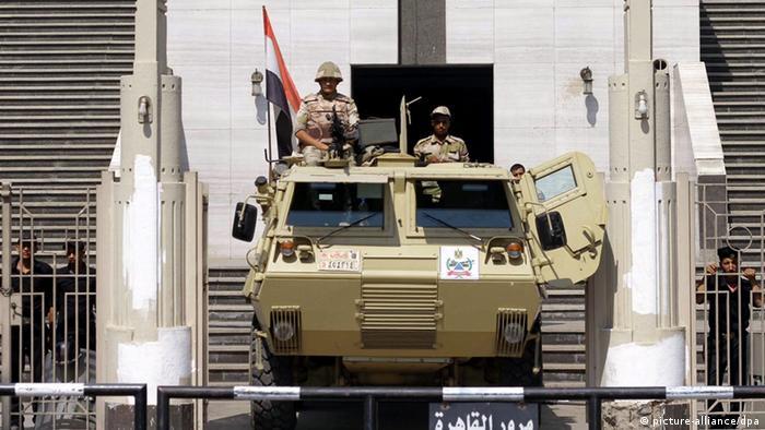 Soldaten mit einem Panzer vor dem Verfassungsgericht in Kairo Foto: picture-alliance/dpa)