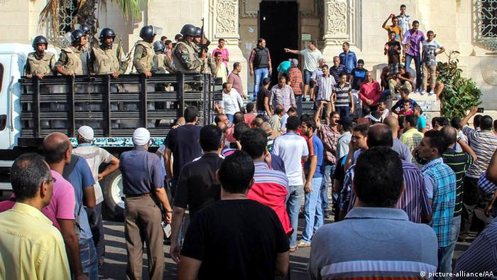 Security forces in Alexandria take safety measures in case of an anti-coup demonstration out front of the El-Kaid Ibrahim mosque. Ibrahim Ramadan - Anadolu Agency Keine Weitergabe an Drittverwerter.