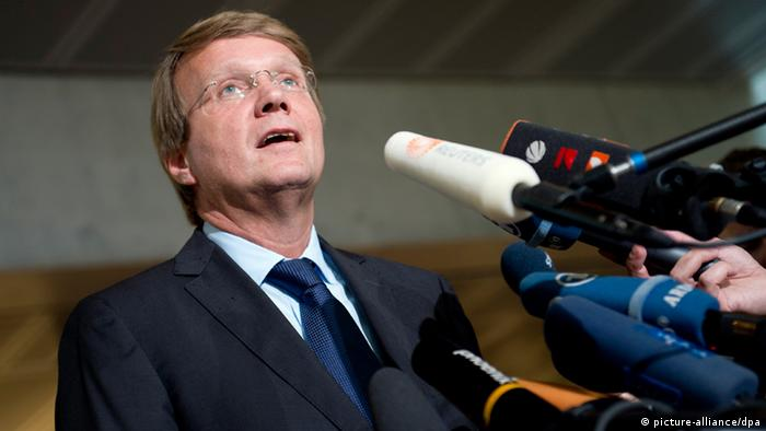 Ronald Pofallagibt ein Presse-Statement ab (Foto: dpa)