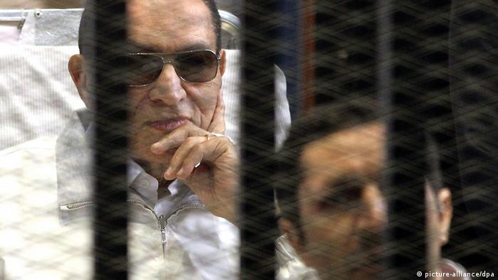 epa03830622 (FILE) A file photo dated 13 April 2013 shows former Egyptian President Hosni Mubarak (L) on a stretcher looking on from behind the bars of a cage inside the court room during his trial at the Police Academy in Cairo, Egypt. Media reports on 19 August 2013 citing judicial sources and a lawyer of the former president claim that judicial authorities ordered a release of Mubarak from jail and that the former president could be freed during this week. EPA/KHALED ELFIQI *** Local Caption *** 50788437