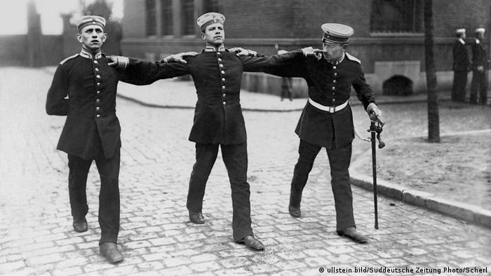 Zwei Soldaten lernen unter Aufsicht des Unteroffiziers (re.) den aufrechten Gang. (Copyright: Ullstein Bild)