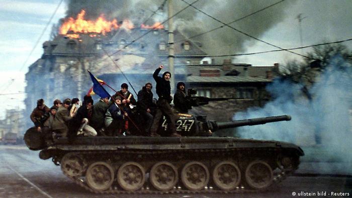 Rumänien Geschichte Revolution Bukarest 1989 Panzer (ullstein bild - Reuters)