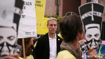 Henning Franzmeier, Ägyptologe - Amnesty International Protest von Amnesty International und Mursi-Anhängern vor der ägyptischen Botschaft in Berlin Bild: DW/Heiner Kiesel 19.08.2013