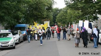 Protest von Amnesty International und Mursi-Anhängern vor der ägyptischen Botschaft in Berlin Bild: DW/Heiner Kiesel 19.08.2013